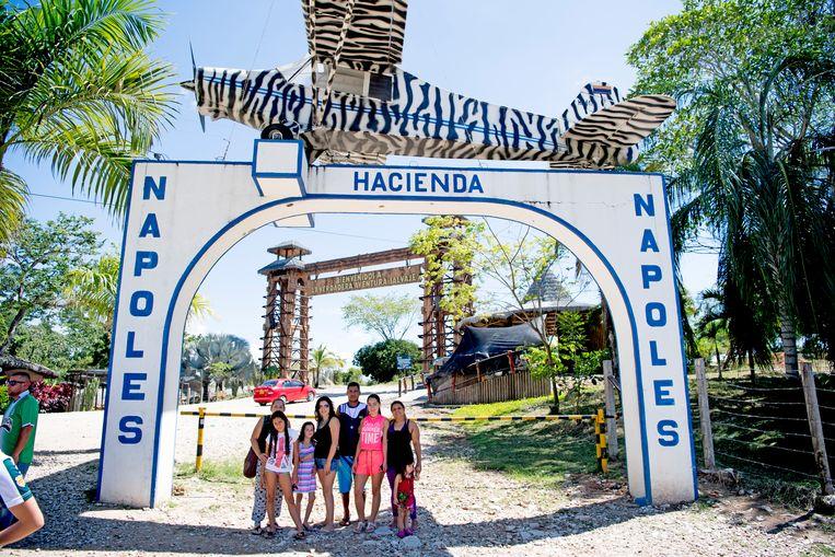 Bij de toegangspoort van zijn landgoed staat het vliegtuig waarmee Escobar zijn eerste lading cocaïne naar de Verenigde Staten smokkelde Beeld