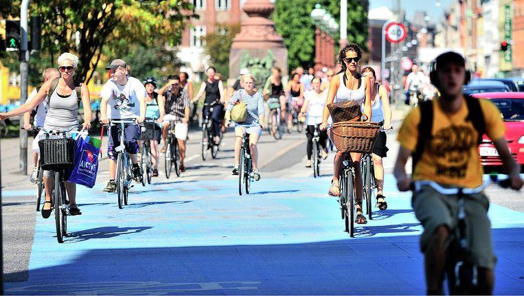 De extra brede, blauw geverfde fietsstroken moeten de automobilist het gevoel geven dat hij hier echt niet hoort. Beeld Copenhagenize