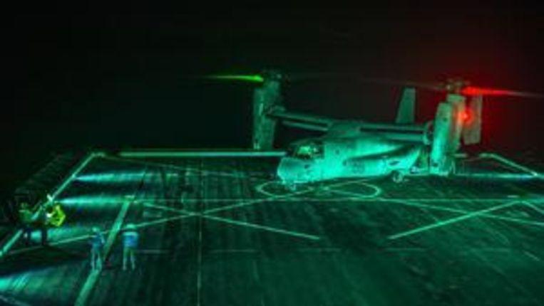Een CV-22 Osprey op het amfibietransportschip USS Green Bay maakt zich op voor een missie. Het toestel, dat landt als een helikopter en vliegt als een vliegtuig, wordt ingezet bij Amerikaanse commando-operaties in Syrië en Irak. Beeld US Navy