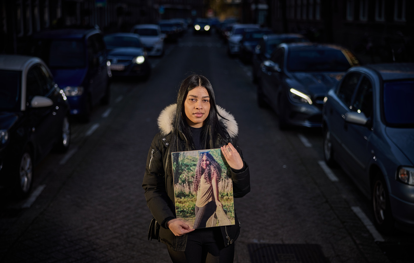 Rosmery Ramirez met een foto van haar nichtje Jizairis Roberti. Het veertienjarige meisje stierf, nadat ze door een auto werd geschept op een zebrapad op de Mathenesserlaan.