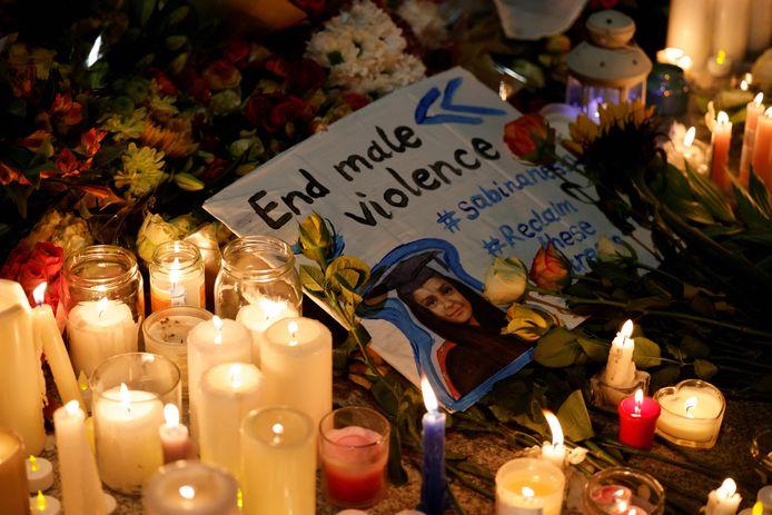 Honderden mensen kwamen gisteren samen in Londen om Sabina Nessa te herdenken. Ze willen bovendien dat het geweld tegen vrouwen ophoudt.