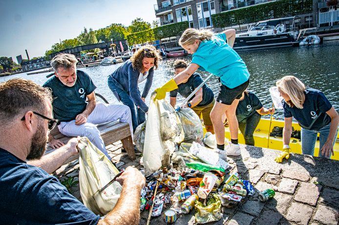Van Burger King-bekers tot lege blikken bier: vrijwilligers vissen enkele keren per jaar afval uit de Piushaven, maar met de toename van bezoekers aan de haven, neemt ook de berg afval toe.