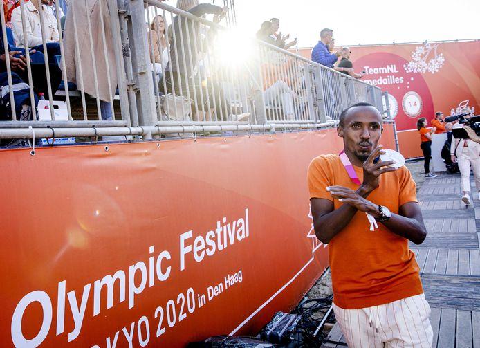 Abdi Nageeye tijdens de huldiging van de TeamNL-sporters van de Olympische Spelen op het sportstrand van Scheveningen.