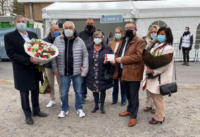 Brugge: Yvan Hoppe en Odette Cherlet vieren hun zestigste huwelijksverjaardag aan het vaccinatiecentrum.