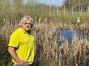 Hovenier Arjan Fokker bij de plek aan de Dalemsedijk waar hij in december 2019 de dode ree heeft gevonden.