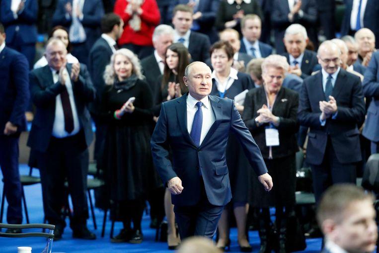 Poetin te midden van zijn vertrouwelingen op een verkiezingsbijeenkomst vandaag. Beeld epa