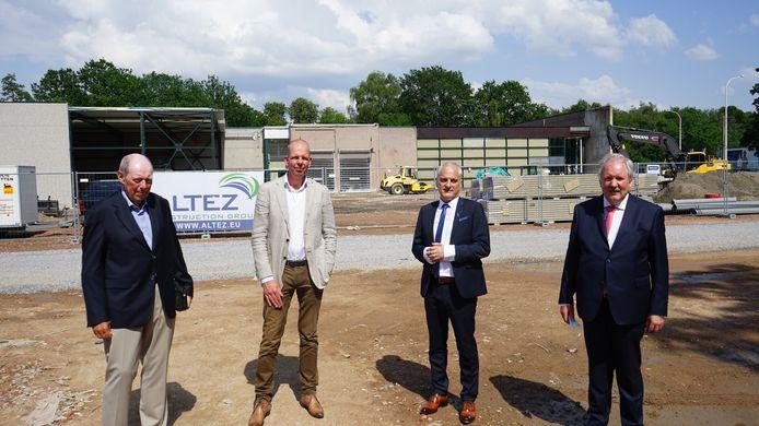 Investeerder Paul Plasschaert, topman Jaguar Landrover Benelux Marc Bienemann, Mannu Meirsman van garage De Ridder en burgemeester Marc Van de Vijver mochten samen de symbolische eerste steen leggen.