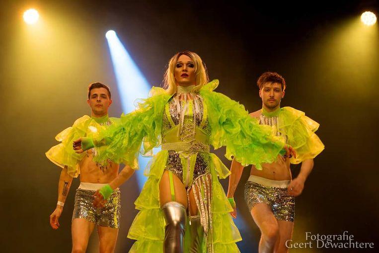 'Lenny Lannoote' als  Princess Miley samen met twee dansers