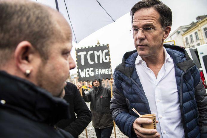 Minister Mark Rutte praat met omstanders op de Vismarkt tijdens de campagne van de VVD voor de Provinciale Statenverkiezingen.