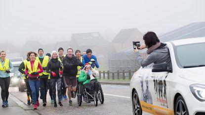 Ultralopers duwen rolstoelpatiënt over afstand van 150 kilometer
