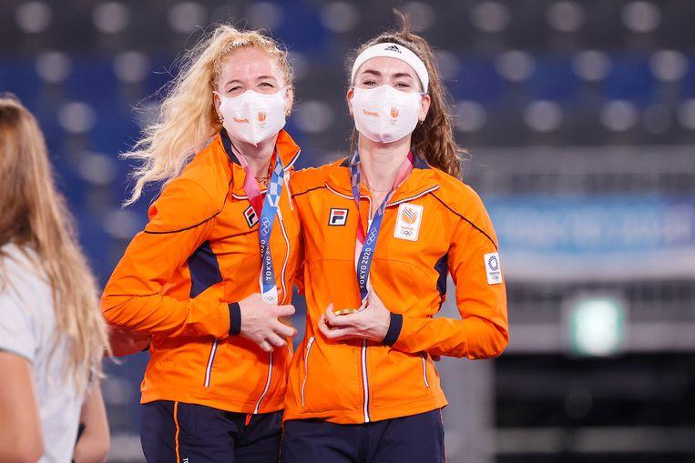 Eva de Goede (rechts) viert de gouden medaille in Tokio met verdediger Caia van Maasakker. Beeld Pro Shots / Thomas Bakker