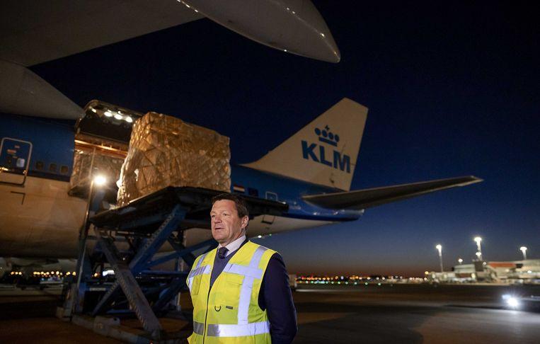 Topman Pieter Elbers bij een toestel van KLM dat medische benodigdheden vervoerde tijdens de coronacrisis. Beeld ANP