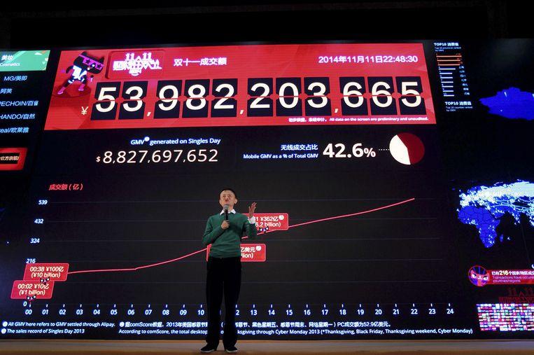 Alibaba-topman Jack Ma tijdens een presentatie op 11 november voor een scherm met de realtime verkoopcijfers van Alibaba. Beeld ap