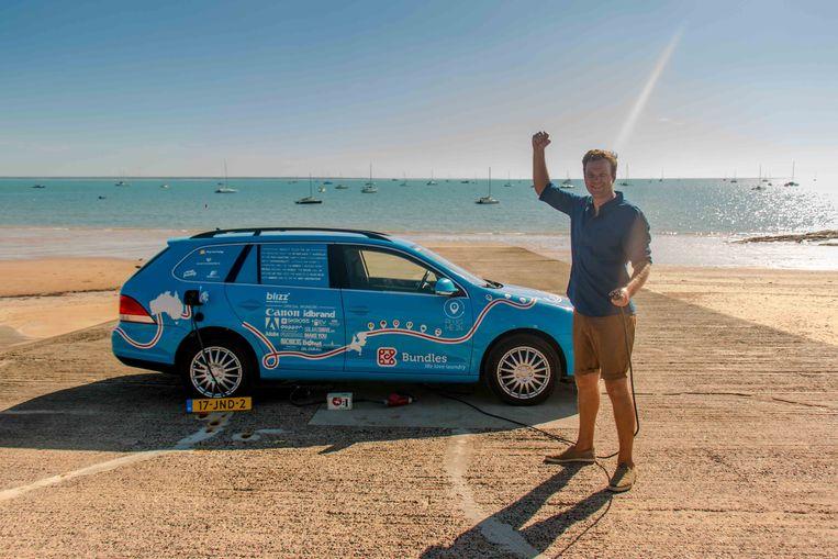 Wiebe Wakker, de man die sinds 2016 in een elektrische auto de wereld rondreist, is aangekomen in Darwin in Australië. Daarmee is de 31-jarige Haarlemmer, naar eigen zeggen, de eerste die de andere kant van de wereld met een elektrische auto heeft bereikt.