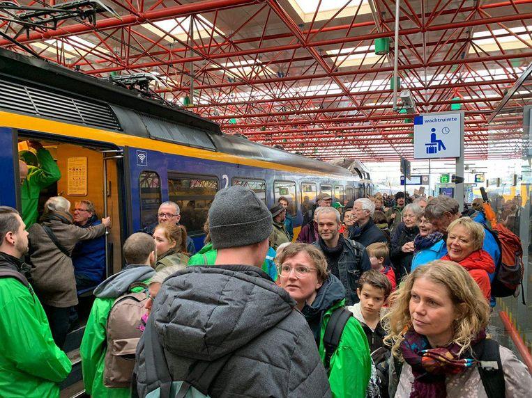 Drukte in de treinen naar Amsterdam. Beeld Esther Eggink