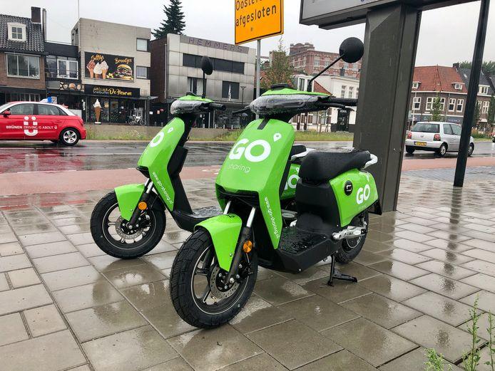 De scooter staan overal in de stad, zoals hier bij de Polaroid-fabriek