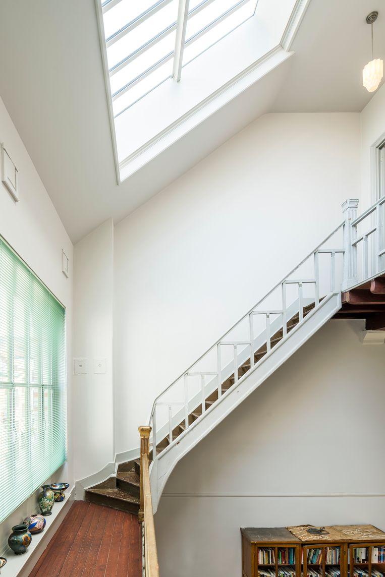 De trap is een lappendeken van kleuren. Het zegt iets over de lange geschiedenis van het huis.   Beeld Luc Roymans