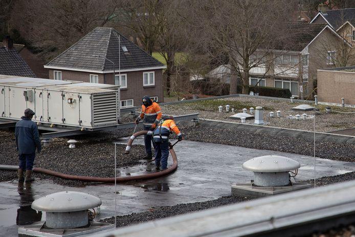 Het dak van het Bladelse gemeentehuis wordt vernieuwd.