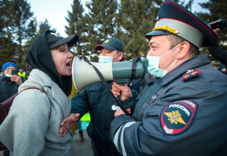 Een vrouw discussieert met een politieagent tijdens een demonstratie voor de vrijlating van Navalny.  Beeld AP