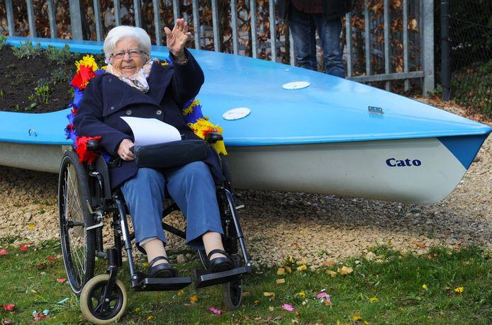 Cato Neufeglise bij de naar haar genoemde boot in de tuin van het Bonedijkehuis.