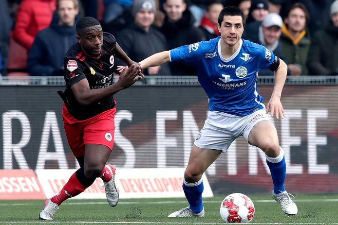 Declan Lambert (rechts) in duel met Ahmad Mendes Moreira van Excelsior.