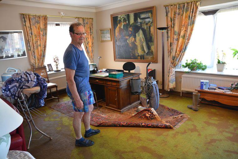 Karel De Corte kon zijn inboedel niet redden. De modderstroom liep zijn huis binnen.