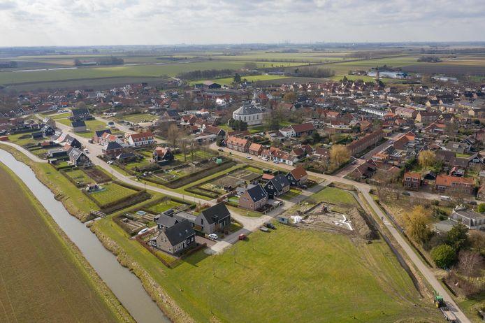 Het nieuwbouwplan Wolphaartsdijk-Oost, op de voorgrond, nadert z'n voltooiing.