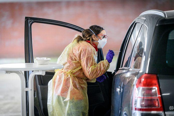 In Enschede worden mensen in parkeergarage Hermandad getest op het coronavirus.