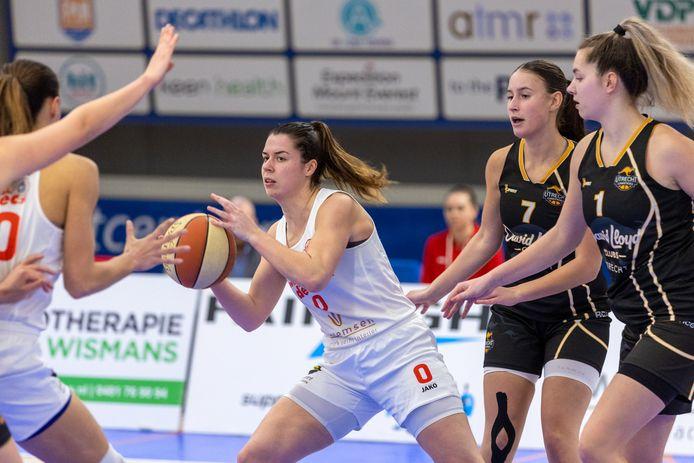 Lekdetec_BC Utrecht Cangeroes.Yfke Hoek van Lekdetec.  Achter haar Hennie van Scxhaik (1) en Lisa Stauffer (7).