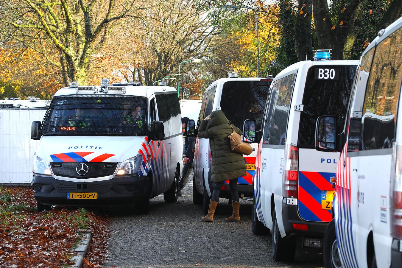 De politie tijdens de inval vorige week woensdag aan de Hoogheuvelstraat in Oss