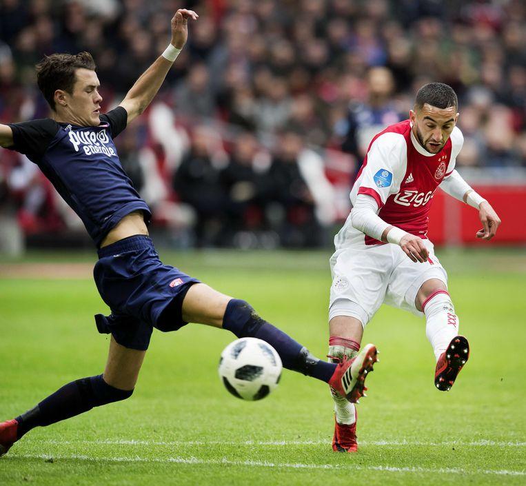 Ajax-middenvelder Ziyech neemt het doel van FC Twente onder vuur. Ter Avest is te laat om dat te voorkomen. Beeld ANP