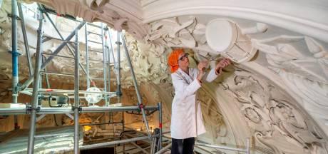 Karin en Gerard druk met de trommels en blote baby's van 'architectuuricoon' Middachten