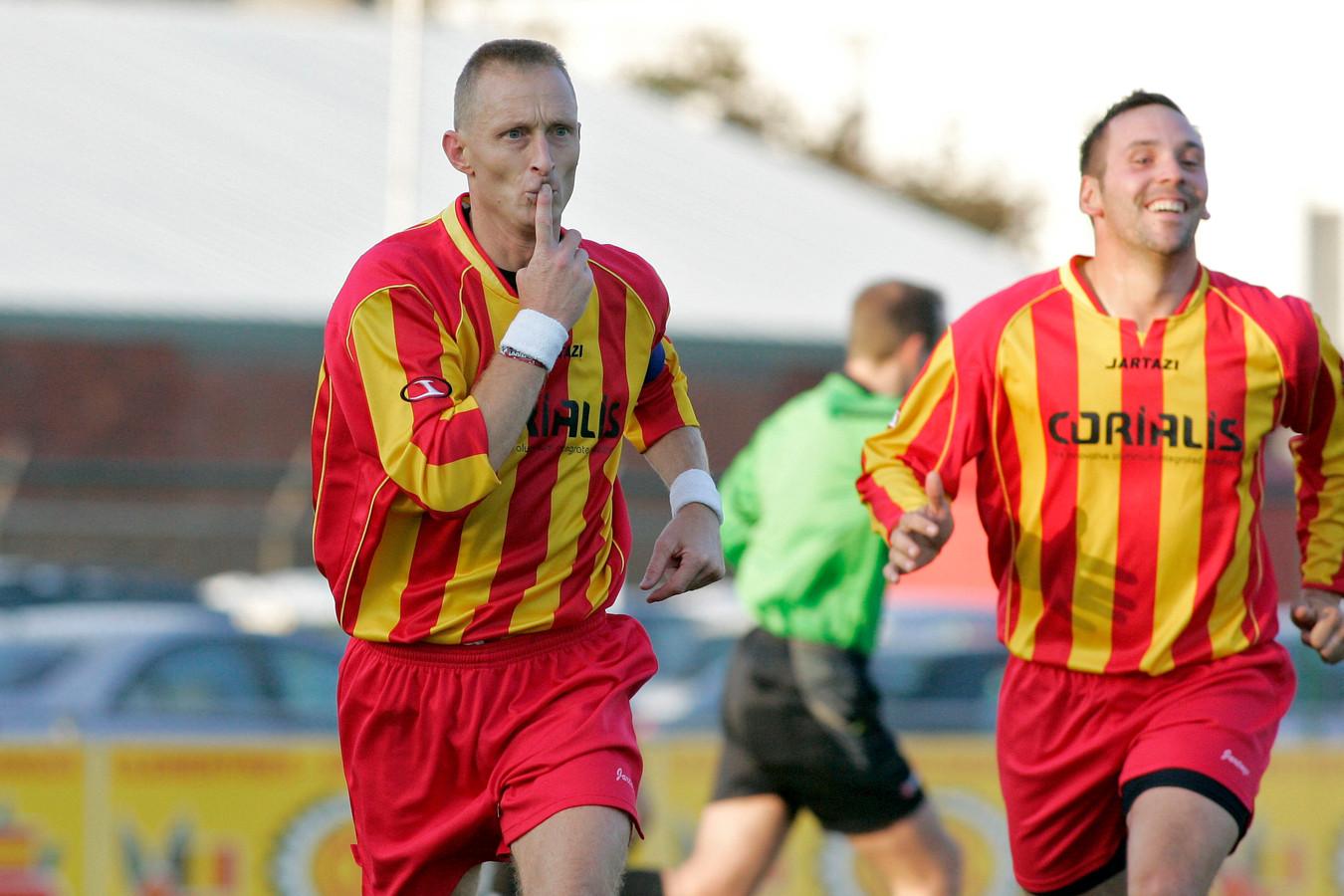 Een beeld dat menig tegenstander jarenlang te zien kreeg. Rieno Van Oost heeft net gescoord voor Maldegem. Hij zou er 182 netten voor geel-rood.