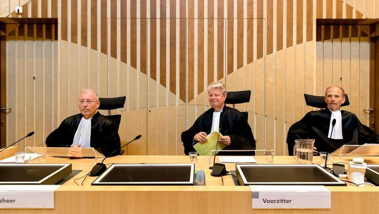 R.P.P. Hoekstra, mr. R. Veldhuisen (voorzitter) en mr. drs. R.M. Steinhaus bij het Justitieel Complex Schiphol voor de uitspraken in in het liquidatieproces Passage. Beeld anp