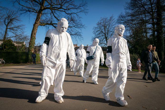 Sommige omstanders denken abusievelijk dat het om een actie gaat van 'Viruswaarheid'.