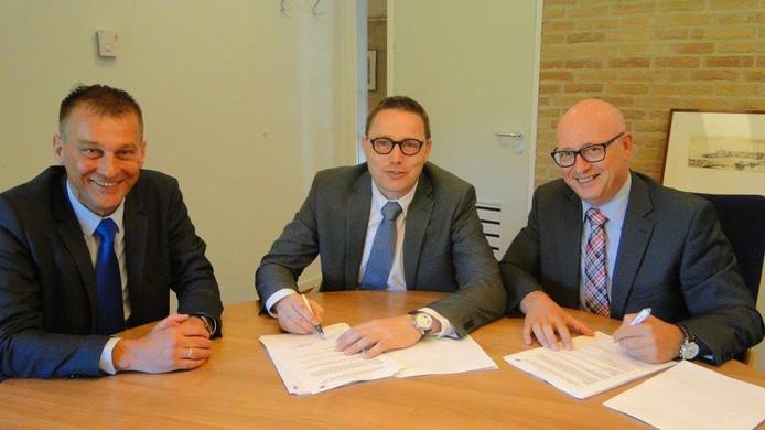 Wethouders Freek Brouwer en Gerrit Post tekenen de overeenkomst met zorgcentrum Talmahaven.