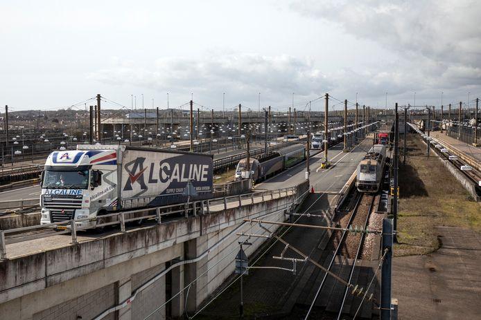 Vrachtwagens rijden uit de trein die door de Kanaaltunnel rijdt.