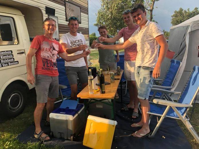 Van links naar rechts: Een Duitse buurman op de camping, Siebe van Bentem, Dries Kienhuis, Lars Hulsbeek en Dries' neef Maarten Kienhuis.