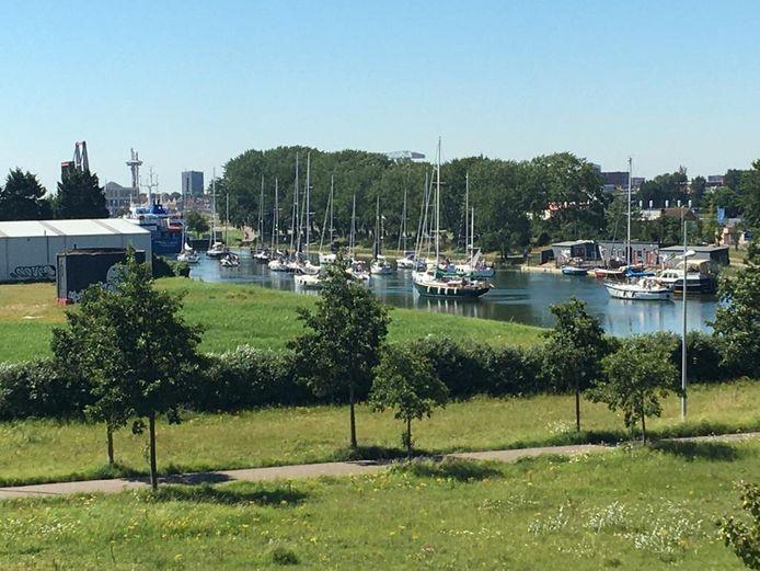 Ook op vaarwegen is het druk, zoals hier op het Kanaal door Walcheren.
