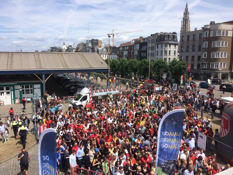 Honderden teleurgestelde fans dropen af en gingen elders op zoek naar een groot scherm om de wedstrijd Tunesië - België te kunnen volgen. Beeld Marc Schoetens