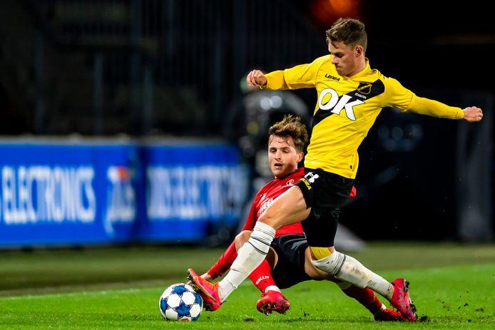 Robin Schouten zet een Helmond Sport-speler de voet dwars.