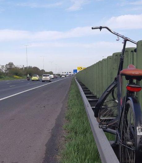 Levensgevaarlijk! Politie plukt voetganger van de snelweg: 'Zijn fiets is uit de vangrail gevist'