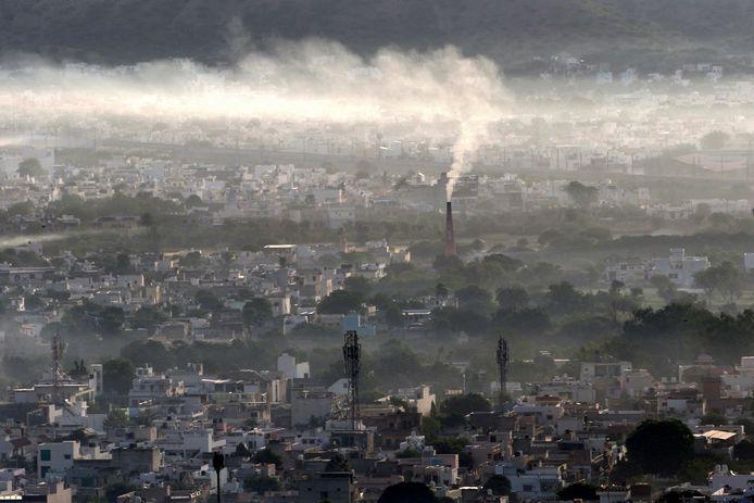De Indiase stad  Ajmer, in het noorden van het land, onder de rook van lokale fabrieken. Elders in India wordt landbouwgrond geconfisqueerd voor bosbouw, ter compensatie, aldus Oxfam Novib.
