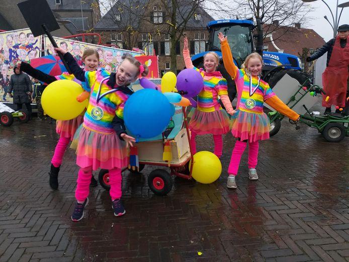 Veel enthousiasme tijdens de kinderoptocht Denekamp,ondanks de regen.