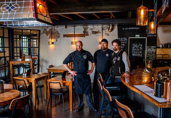 Paul van Dijk (links), Kuno van Staveren (chef) en bierexpert Colin Hoeffnagel.