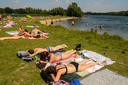 Archieffoto: Zwemmen in de Oostplas bij tropisch warm weer