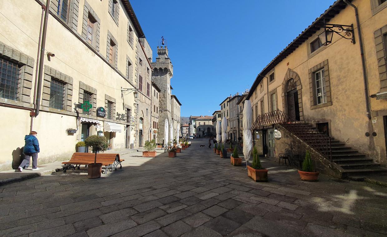 Het dorpsplein van het Toscaanse Santa Fiora, dat de leegloop wil tegengaan door hoogopgeleide thuiswerkers te trekken. Beeld Pauline Valkenet
