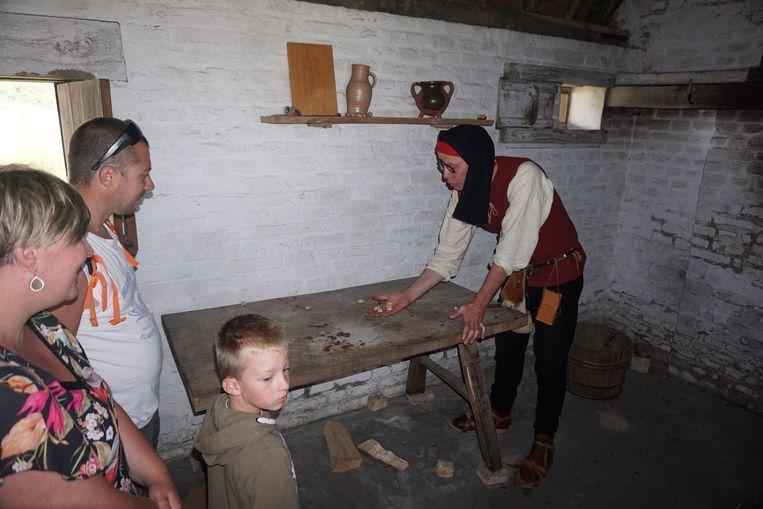 Er wordt ook uitleg gegeven over oude middeleeuwse spelletjes.