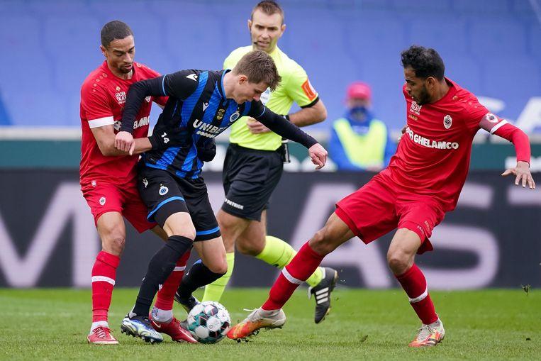 Nill De Pauw en Faris Haroun verdedigen fel op Club-speler Eduard Sobol in het Jan Breydelstadion. Beeld Photo News