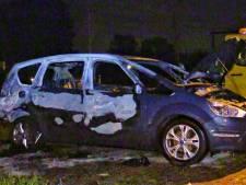 Auto met Duits kenteken verwoest na nachtelijke autobrand in Enschede